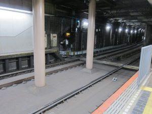 超珍しい高速神戸駅の地下ホームに職員の踏切が
